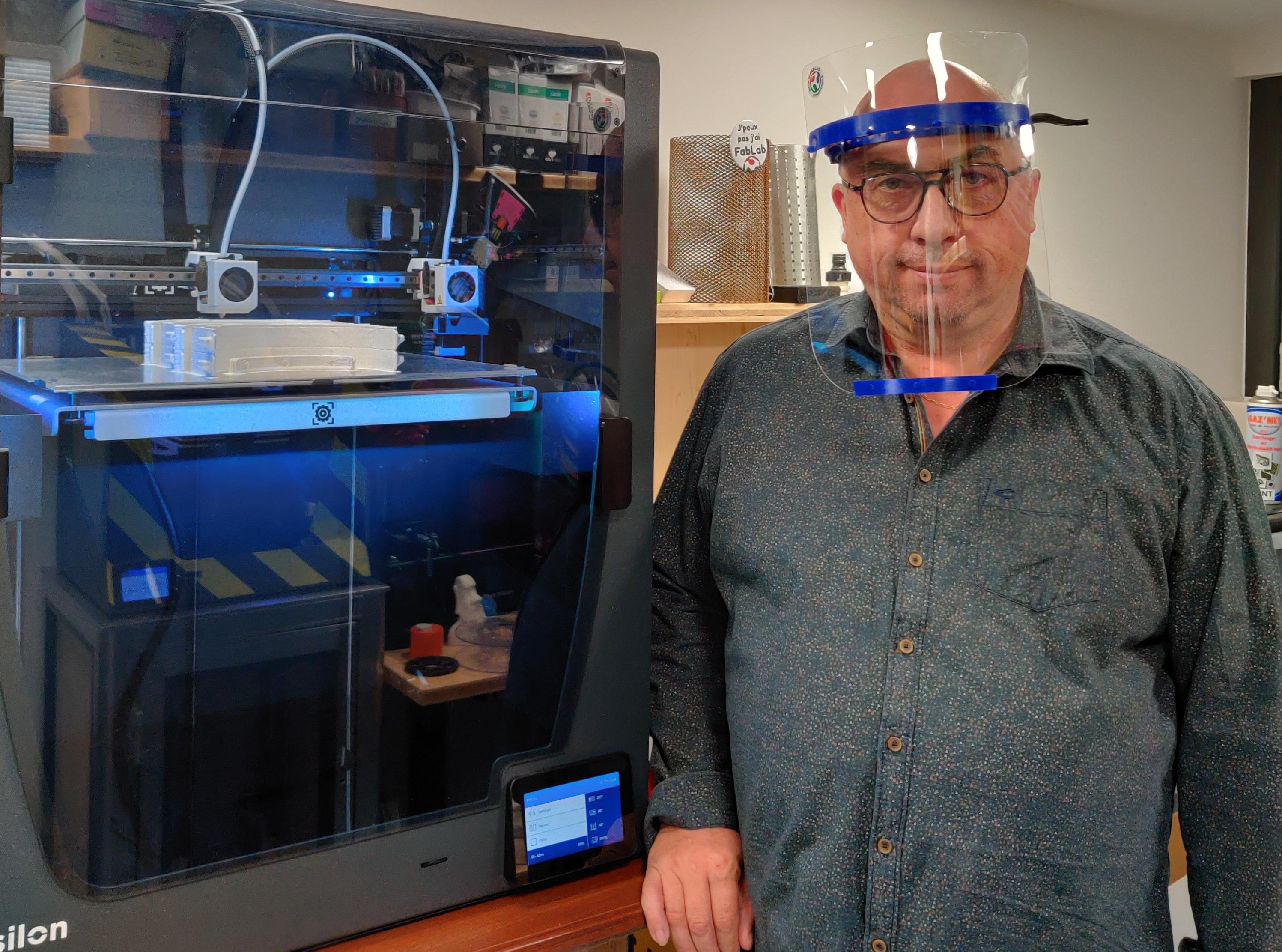 Alain Gicquaire, président du Fablab de Champagnole, devant son imprimante 3D - Photo DR