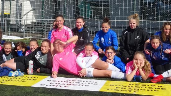 La section sportive féminine du lycée Pergaud devant le centre de formation de l'AJ Auxerre, 4 avril 2019