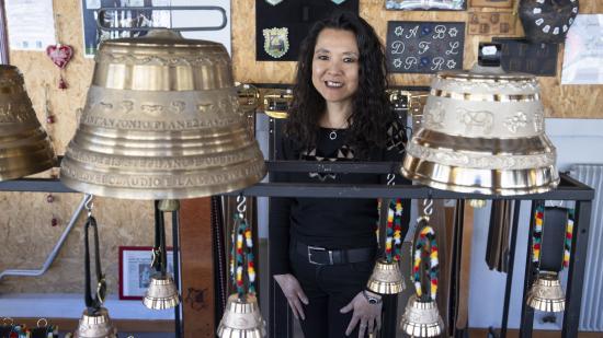 Siv-Chheng Tiv a toujours rêvé de diriger une entreprise. Depuis 2018, elle est à la tête de la fonderie Obertino Morteau qui exporte ses cloches en bronze dans le monde entier - Crédit photo Région Bourgogne-Franche-Comté / David Cesbron
