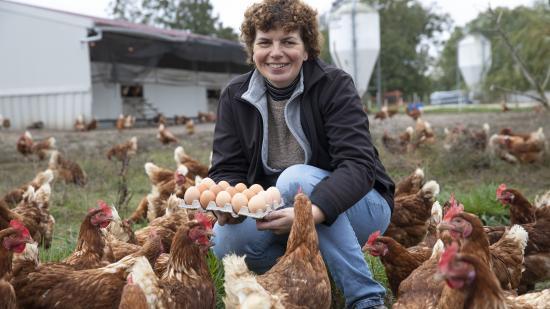 Frédérique Brelot, éleveuse de poules pondeuses à Champdivers (39) - Photo Région Bourgogne-Franche-Comté David Cesbron