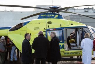 Attendu depuis 25 ans, l'hélicoptère sanitaire de la Nièvre a été reçu lundi 13 janvier 2019, en présence des élus, des représentants de l'Etat et des professionnels de santé. Photo Vincent Arbelet