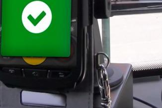 Les smartphones qui équipent les transports scolaires permettent aux élèves de valider leur montée dans le car - Crédit photo © Ubitransport