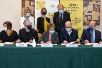Signature d'une charte d'engagement visant à conditionner les aides financières régionales aux entreprises à un respect de règles et engagements - Photo Région Bourgogne-Franche-Comté