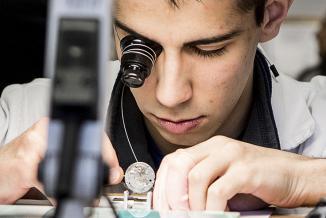 Jeune en formation en horlogerie - Photo Région Bourgogne-Franche-Comté
