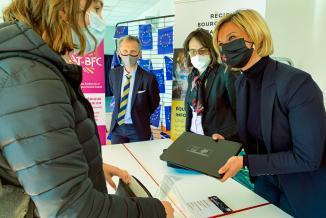 Océane Charret-Godard remet les ordinateurs aux lycéens du lycée Le Castel (Dijon) - Photo Région Bourgogne-Franche-Comté Marie Souverbie