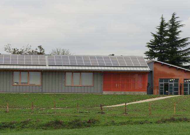Des panneaux photovoltaïques ont été installés sur le toit de l'école de Chay (25) - Photo Région Bourgogne-Franche-Comté