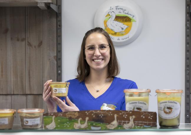 Océane Sommant, productrice de canards gras à la ferme du faubourg, à Frénois (21) - Photo Région Bourgogne-Franche-Comté David Cesbron